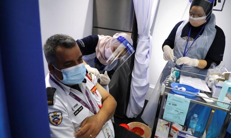 Nhân viên y tế tiêm vaccine Covid-19 tại một điểm tiêm chủng lưu động ở Kuala Lumpur, Malaysia, hôm 8/6. Ảnh: Reuters.