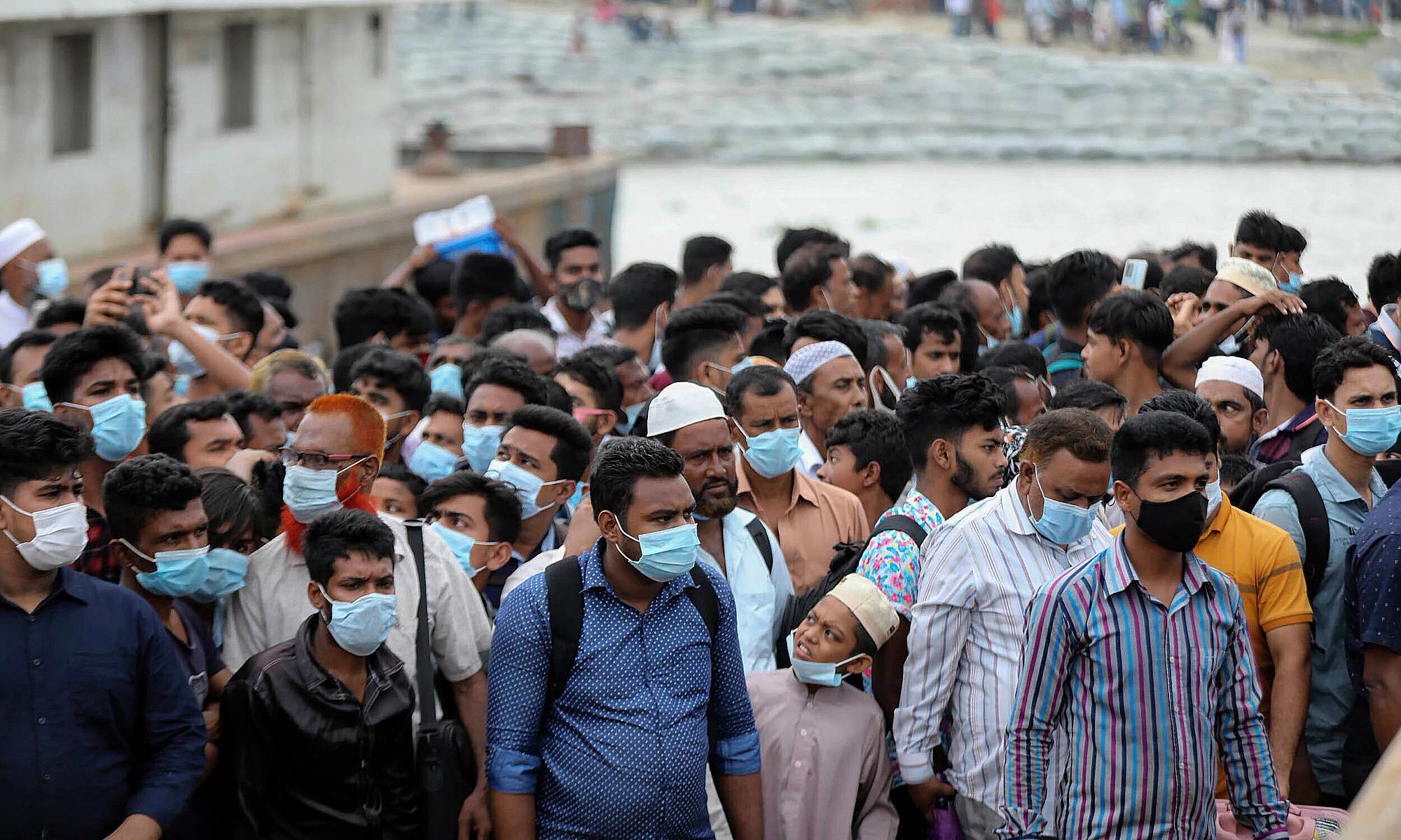Người dân chen chúc tại bến phà ngoại ô Dhaka, thủ đô Bangladesh vào ngày 30/6 trước lệnh phong tỏa. Ảnh: AP.