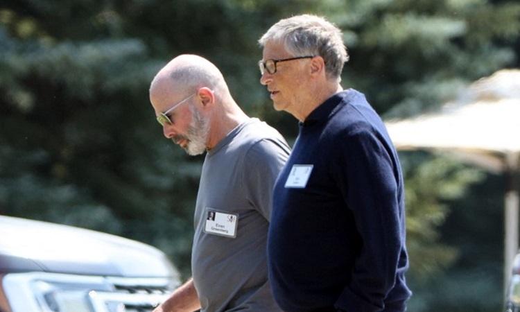 Bill Gates (ngoài) đi dạo sau hội nghị độc quyền dành cho các tỷ phú ở Sun Valley, bang Idaho hôm 8/7. Ảnh: AFP.