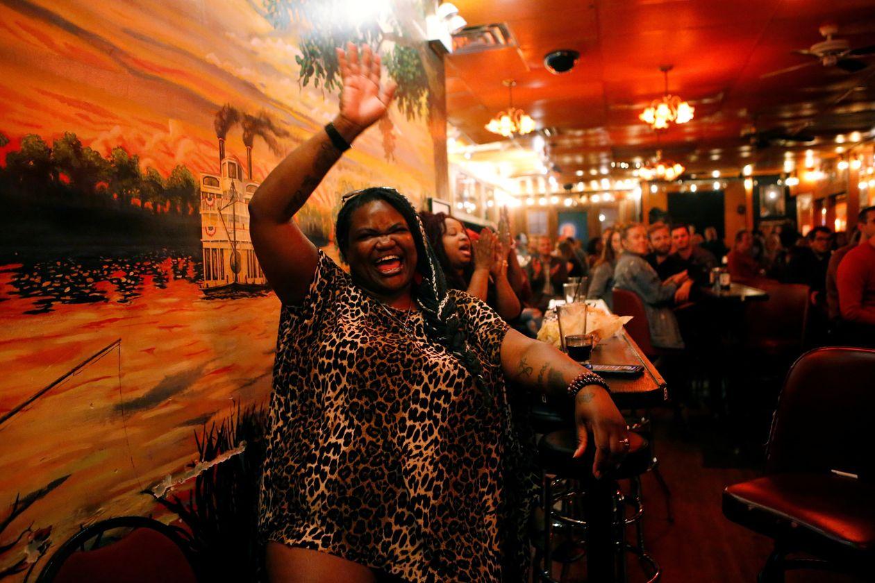Khách hàng trong một quán bar ở thành phố Chicago, Mỹ, tháng trước. Ảnh: Reuters.