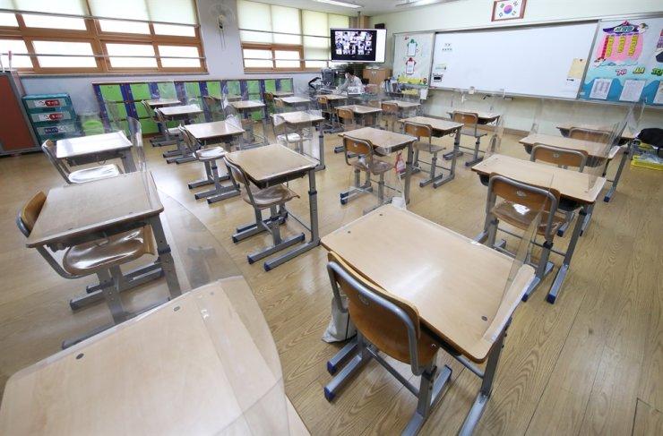 Lớp học vắng vẻ tại Hàn Quốc trong những ngày học sinh học online. Ảnh: Yonhap