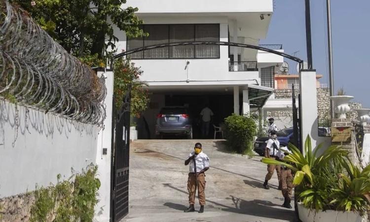 Lính gác bên ngoài văn phòng ngoại giao Đài Loan ở Port-au-Prince ngày 9/7. Ảnh: AP.