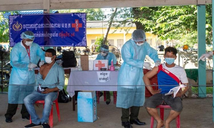 Người dân tiêm vaccine Covid-19 tại tỉnh Takeo, Campuchia, hôm 9/7. Ảnh: Khmer Times.