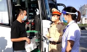Nhiều ôtô đến Hà Nội bị buộc quay đầu tại chốt kiểm dịch