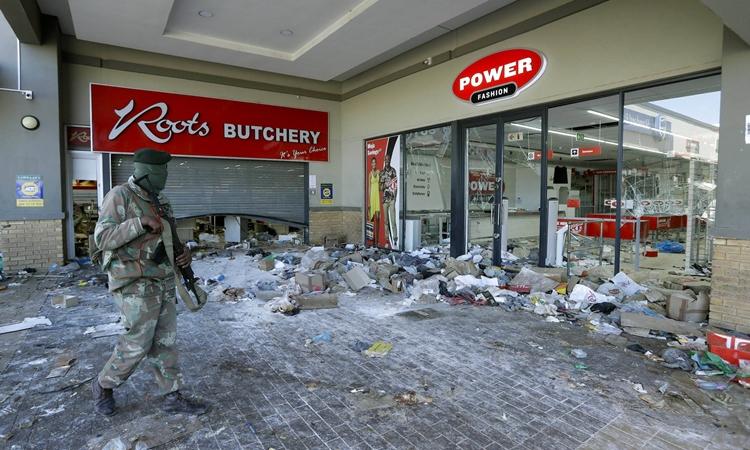 El 13 de julio, los soldados custodian una tienda en Soweto, Sudáfrica.  Foto: A.P.