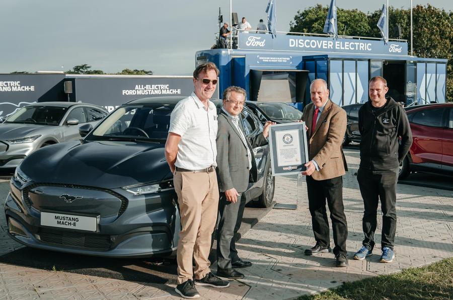 Từ trái sang: Fergal McGrath, Tim Nicklin (đại diện hãng Ford), Paul Clifton và Kevin Brooker. Ảnh: