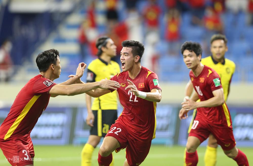 """ทีมเวียดนามฉลองชัยชนะเหนือมาเลเซีย 2-1 ในรอบคัดเลือกรอบที่สองของฟุตบอลโลก 2022 - ภูมิภาคเอเชีย  ภาพถ่าย: """"Lam Thoa ."""""""
