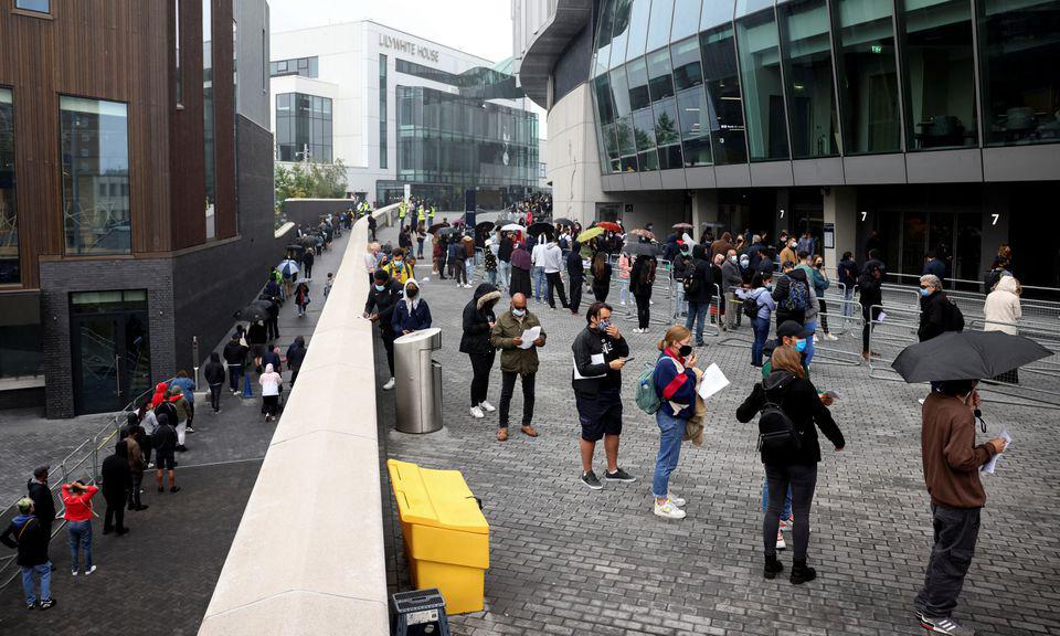 Người dân xếp hàng bên ngoài một trung tâm tiêm chủng Covid-19 tại London, Anh, hôm 20/6. Ảnh: Reuters.