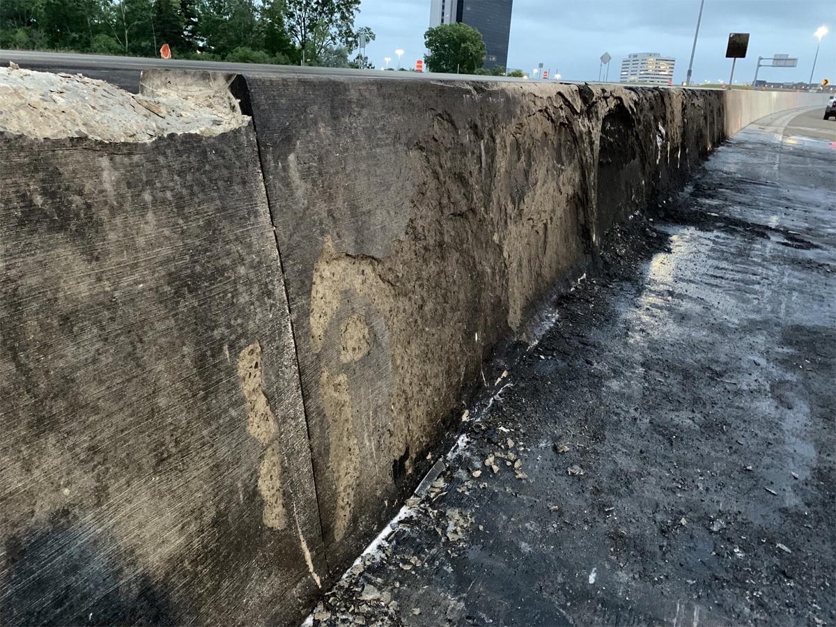 Mặt đường cháy đen, thậm chí bê tông ở dải phân cách bị nung chảy vì sức nóng của đám cháy. Ảnh: MDOT