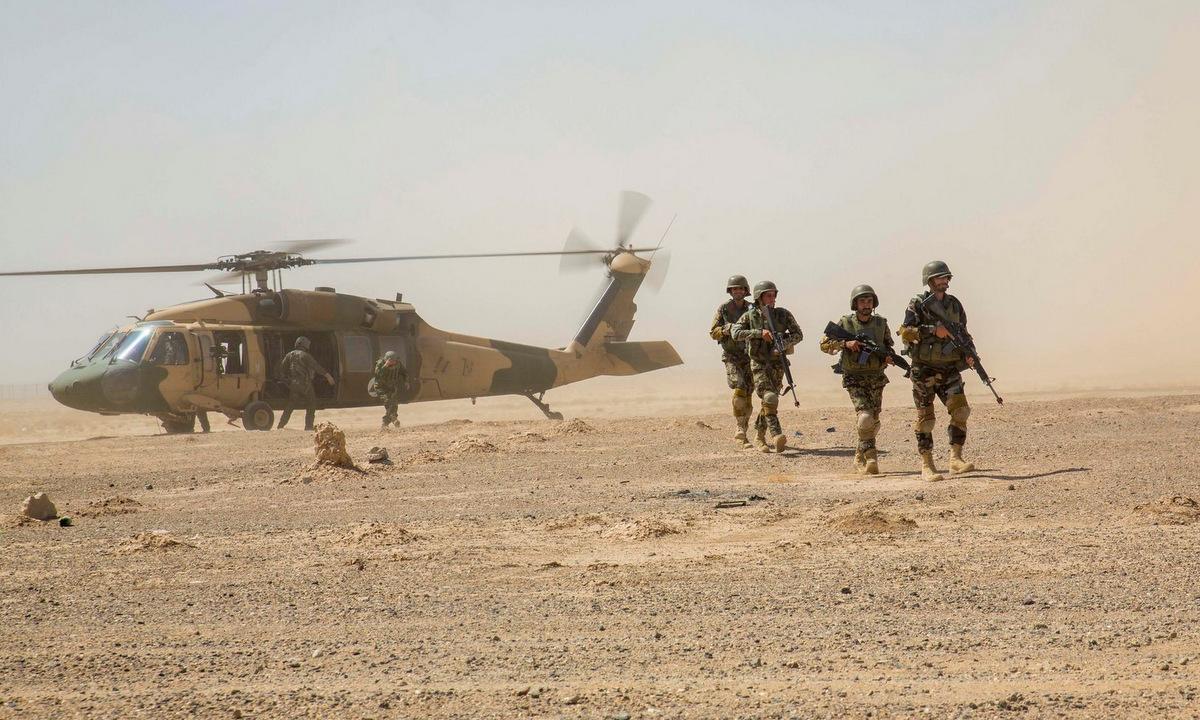 Binh sĩ triển khai từ trực thăng UH-60 Afghanistan trong một cuộc diễn tập. Ảnh: Reuters.
