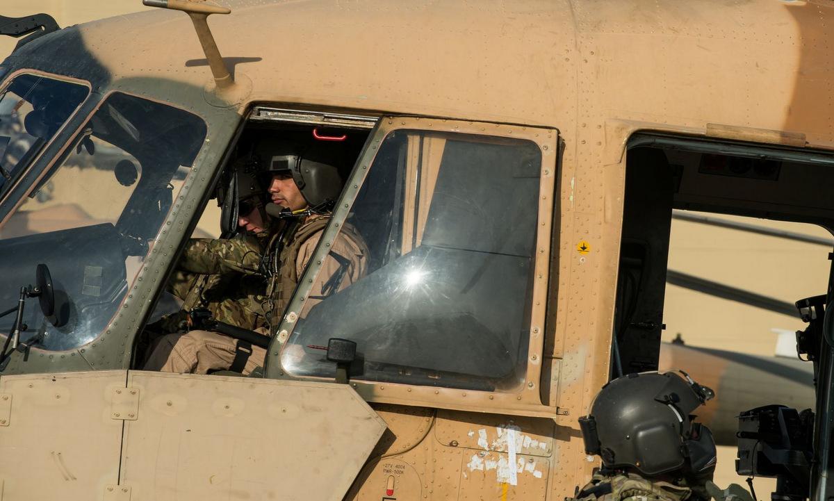 Một tổ bay trực thăng Mi-17 Afghanistan chuẩn bị xuất phát làm nhiệm vụ. Ảnh: Reuters.