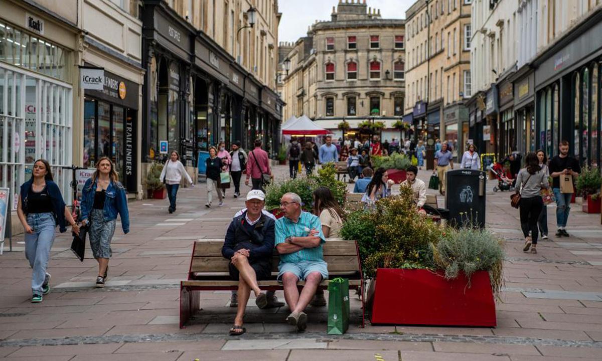 Khu phố mua sắm ở trung tâm thành phố Bath, Anh hôm 5/7. Ảnh: Bloomberg.