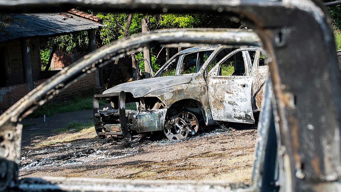 Nhiều xe cảnh sát bị thiêu rụi bởi những tay súng cartel, sau cuộc phục kích giết  chết 14 sĩ quan cảnh sát, bang Michoacan, Mexico, tháng 10/ 2019. Ảnh: AFP