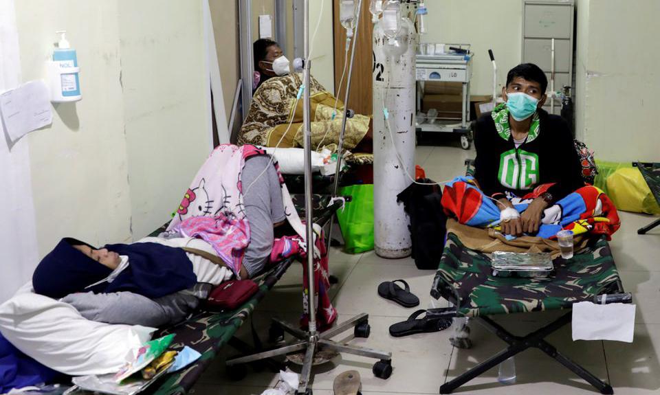 Bệnh nhân nằm la liệt trong khu cấp cứu tại một bệnh viện ở Jakarta hôm 29/6. Ảnh: Reuters.
