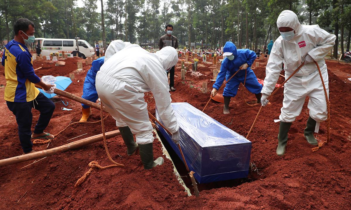Người chết vì Covid-19 được chôn cất tại nghĩa trang Cipenjo ở Tây Java, Indonesia hôm 14/7. Ảnh: AP.