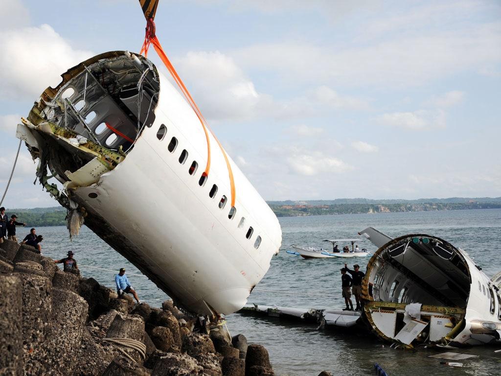 Chiếc Boeing 737 MAX được trục vớt sau khi gặp nạn tháng 10/2018. Ảnh: AFP