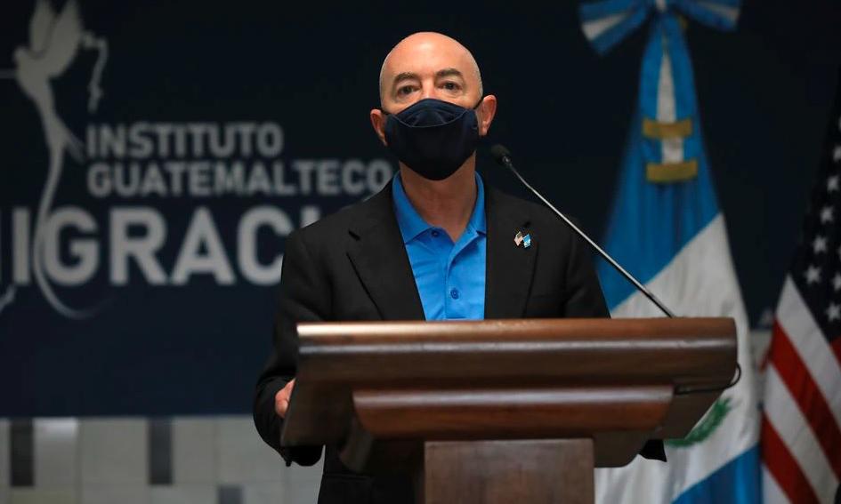 Bộ trưởng An ninh Nội địa Mỹ Alejandro Mayorkas phát biểu trong một sự kiện tại Guatemala hôm 7/7. Ảnh: Reuters.