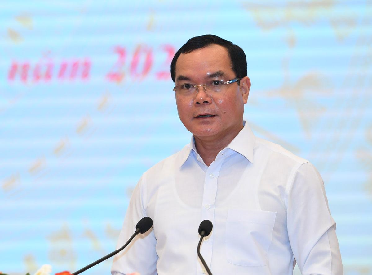 Chủ tịch Tổng Liên đoàn Nguyễn Đình Khang tại hội nghị sáng 14/7. Ảnh: Hồng Chiêu