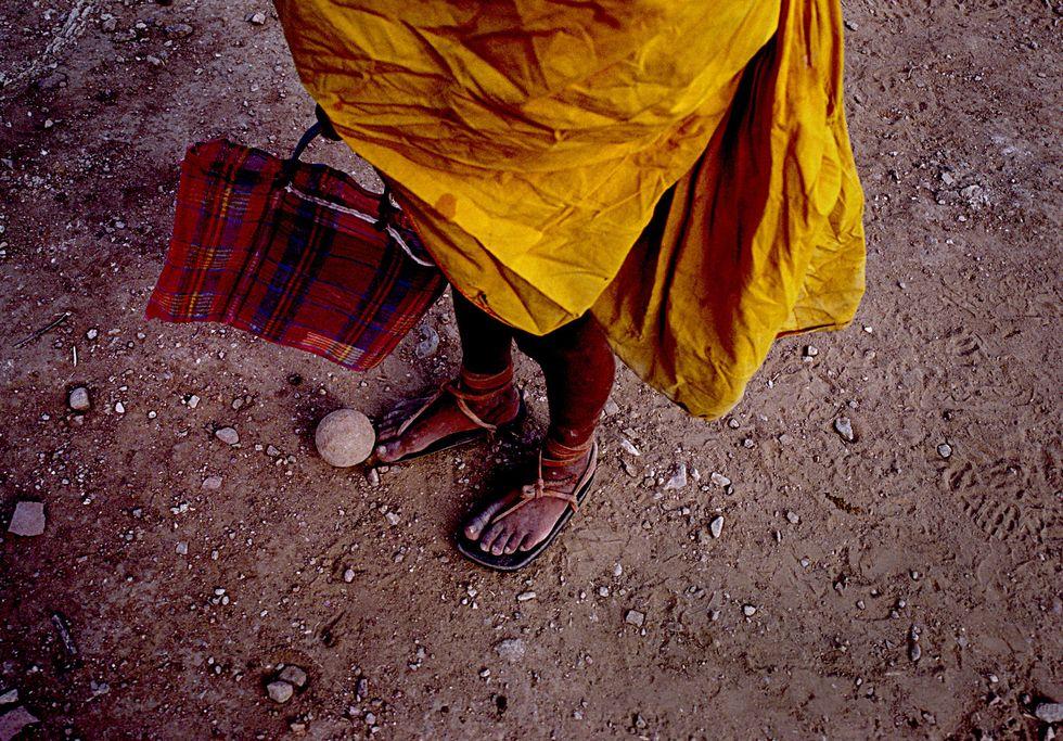Các runner của bộ tộc Tarahumara thường chạy với quần áo truyền thống, đi chân đất hoặc dép quai hậu bằng lốp cao su hoặc da dê. Ảnh: Runner World