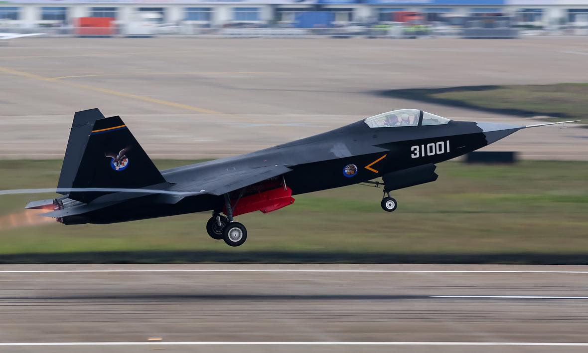 Nguyên mẫu FC-31 bay biểu diễn năm 2014. Ảnh: Wikipedia.