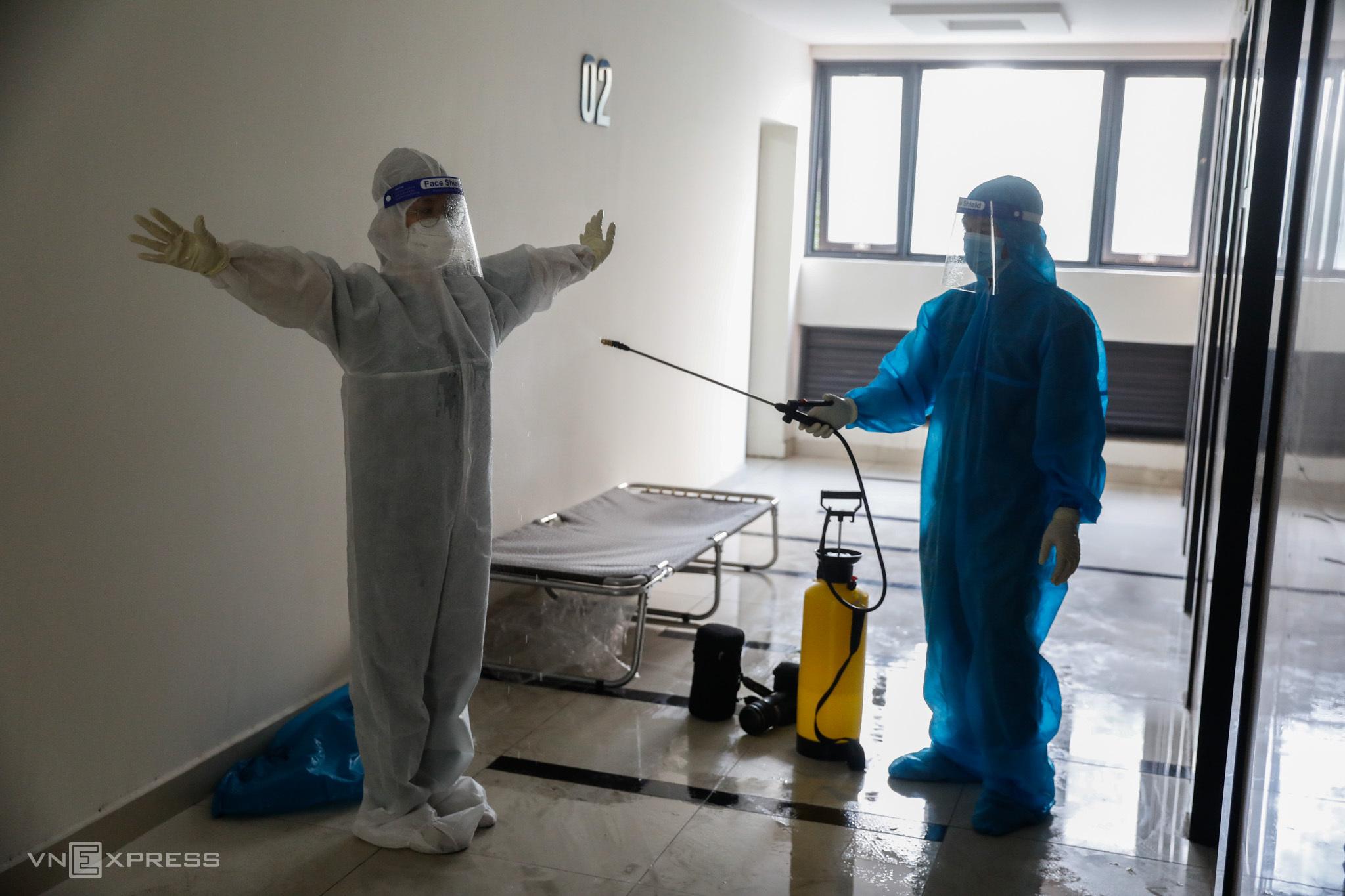 Khử khuẩn tại Bệnh viện dã chiến số 6 ở thành phố Thủ Đức, ngày 14/7. Ảnh: Hữu Khoa.