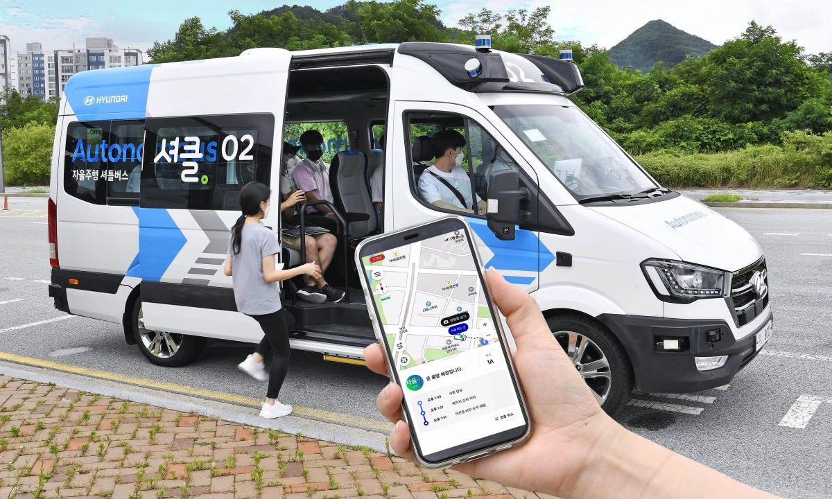 Xe van Shucle của Hyundai và ứng dụng dành riêng cho dịch vụ Robo Shuttle. Ảnh: Hyundai