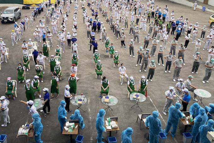 Công nhân nhà máy Nidec Việt Nam chờ xét nghiệm Covid-19. Ảnh: An Phương.