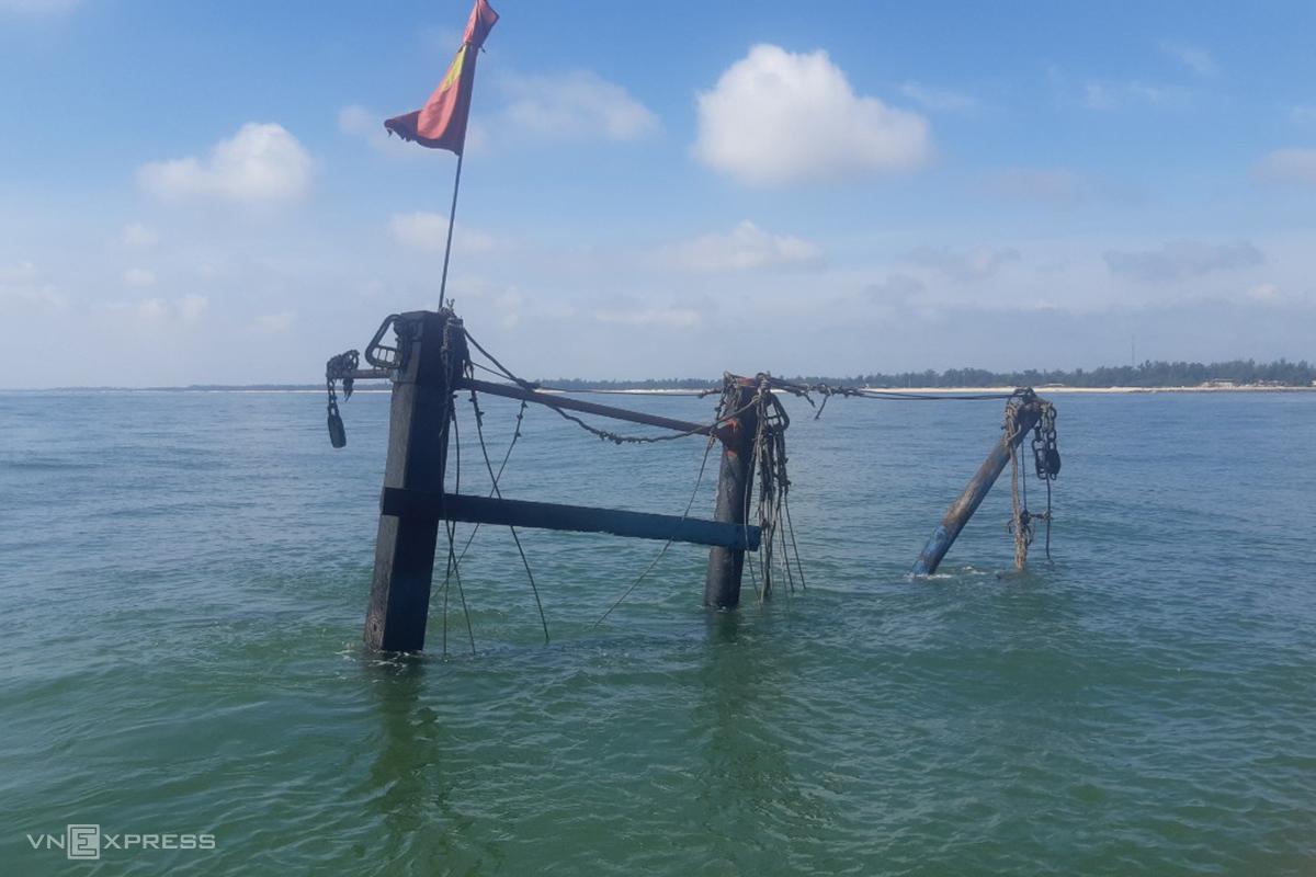 Tàu cá bị cháy rụi, chìm xuống biển chỉ còn một phần cần cẩu nổi trên mặt nước. Ảnh: BQ