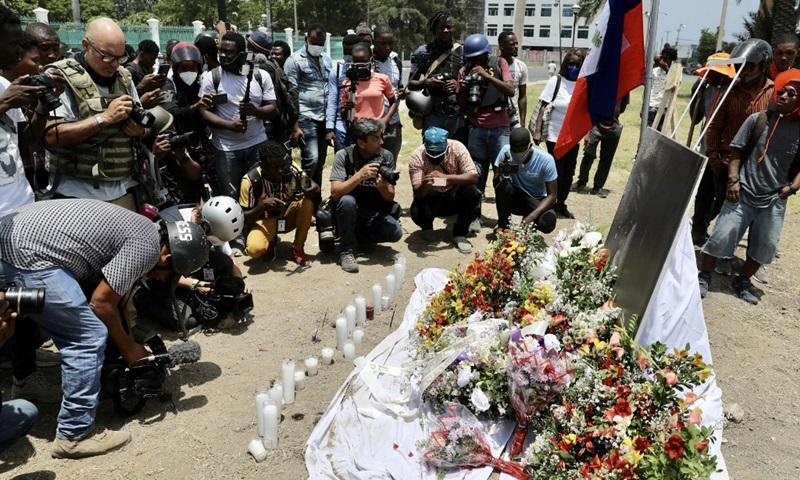 Người dân tưởng nhớ cố tổng thống Jovenel Moise tại thủ đô Port-au-Prince hôm 14/7. Ảnh: AFP.
