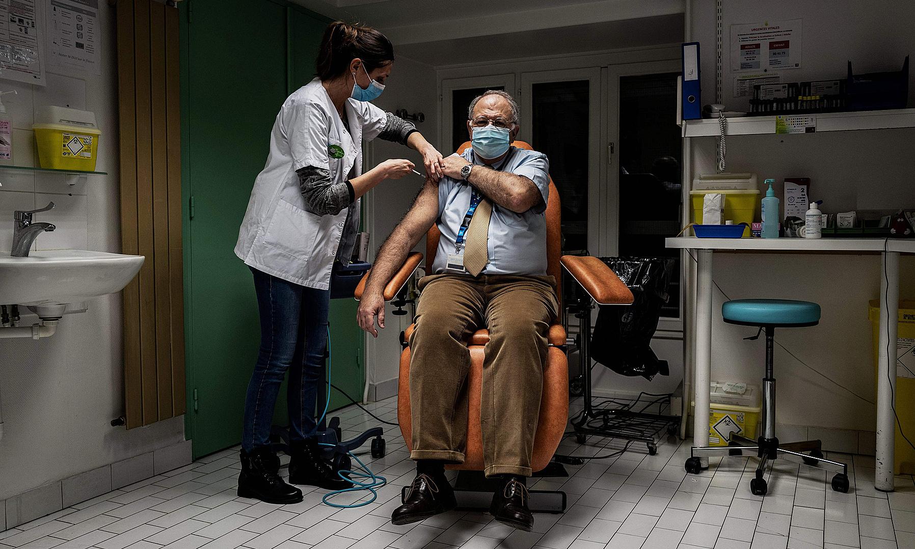 Bác sĩ tại Bệnh viện Croix Rousse, Lyon, Pháp được tiêm vaccine Covid-19 vào ngày 6/1. Ảnh: AFP.