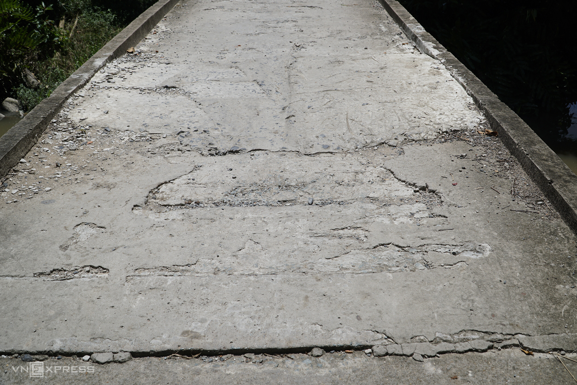 Cầu Gộc Gừa mặt cầu hư hỏng được người dân sửa, vá liên tục. Ảnh: Ngọc Tài