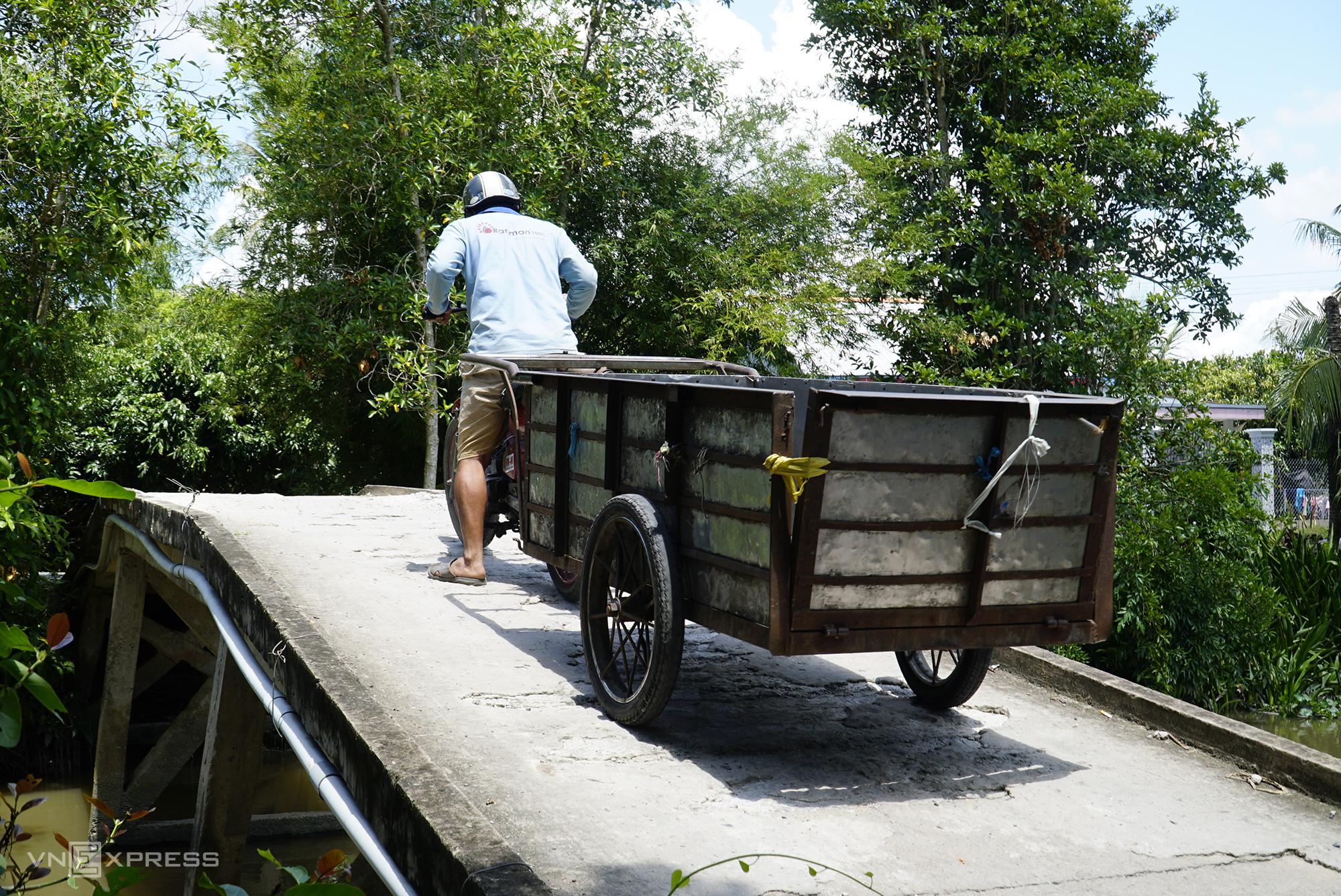 Cầu Gộc Gừa hẹp, xuống cấp lại không có lan can nên việc di chuyển phải thật cẩn thận. Ảnh: Ngọc Tài