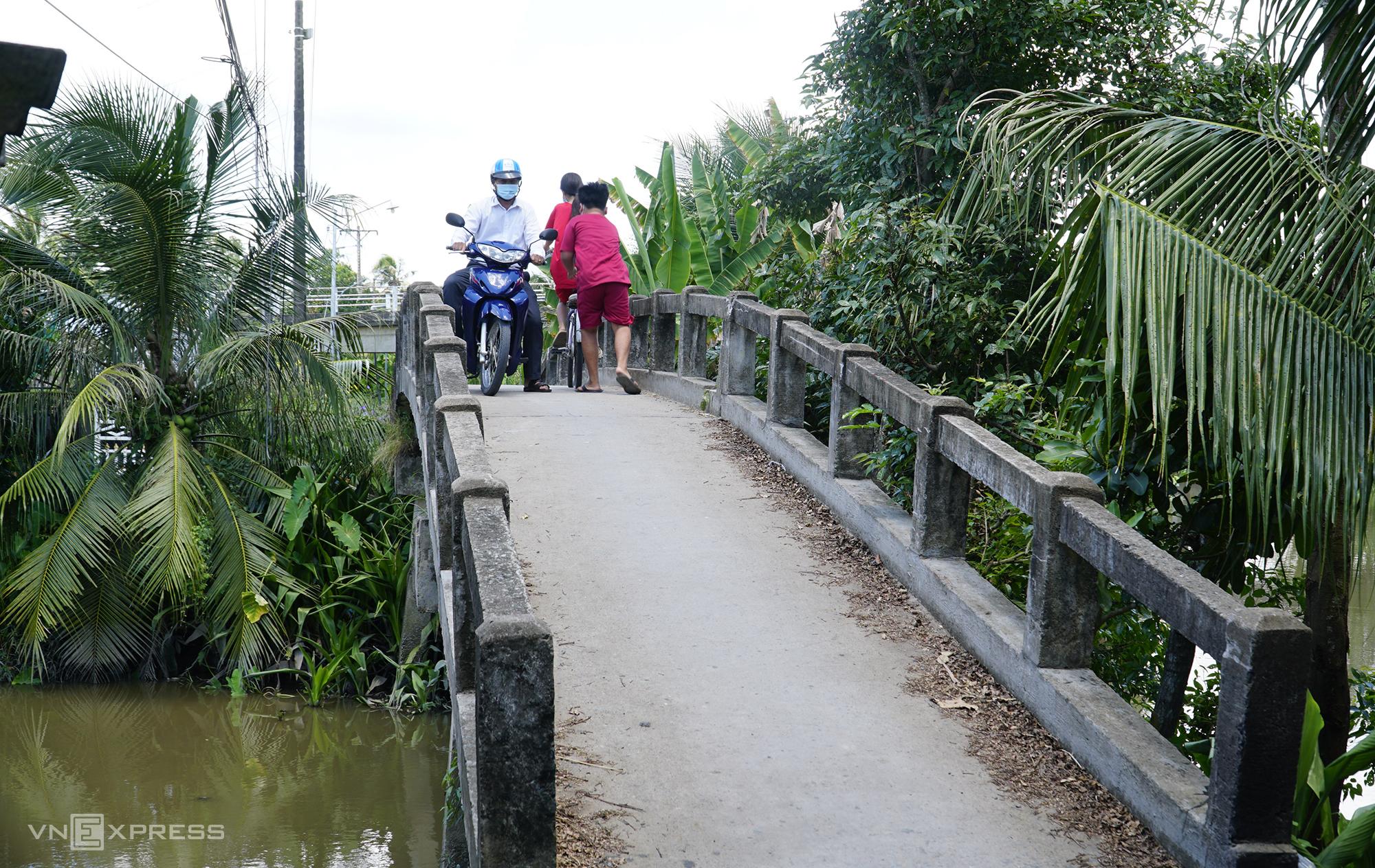 Cầu Rạch Sậy mặt cầu hẹp, hai xe đi cùng lúc phải chen nhau mới qua được. Ảnh: Ngọc Tài