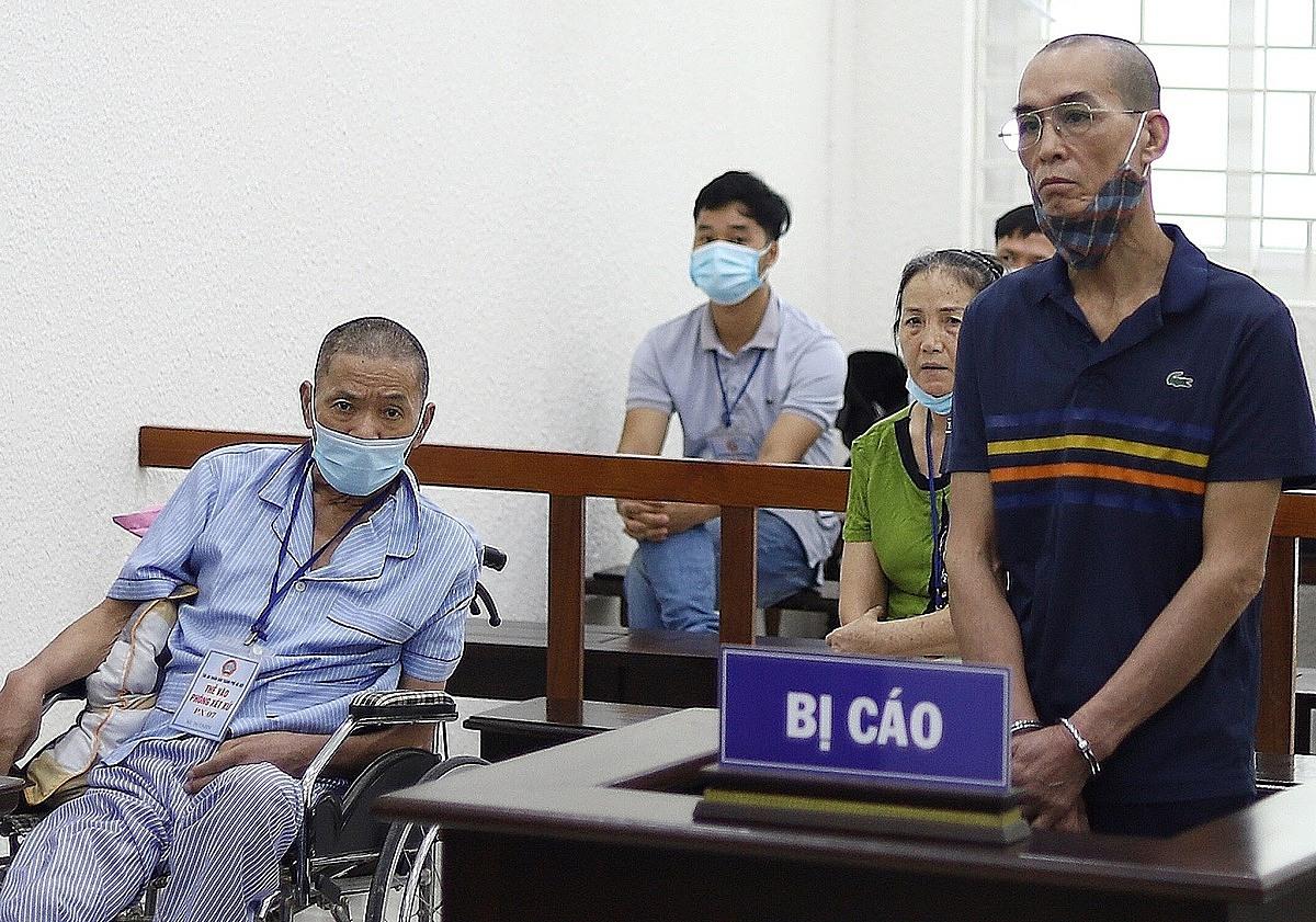 Bị cáo Nguyễn Đức Chung và bị hại (ngồi xe lăn) tại phiên toà sáng 15/7. Ảnh: Danh Lam