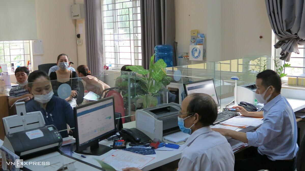 Cán bộ BHXH TP HCM giải quyết hồ sơ cho người lao động, tháng 4/2021. Ảnh: An Phương