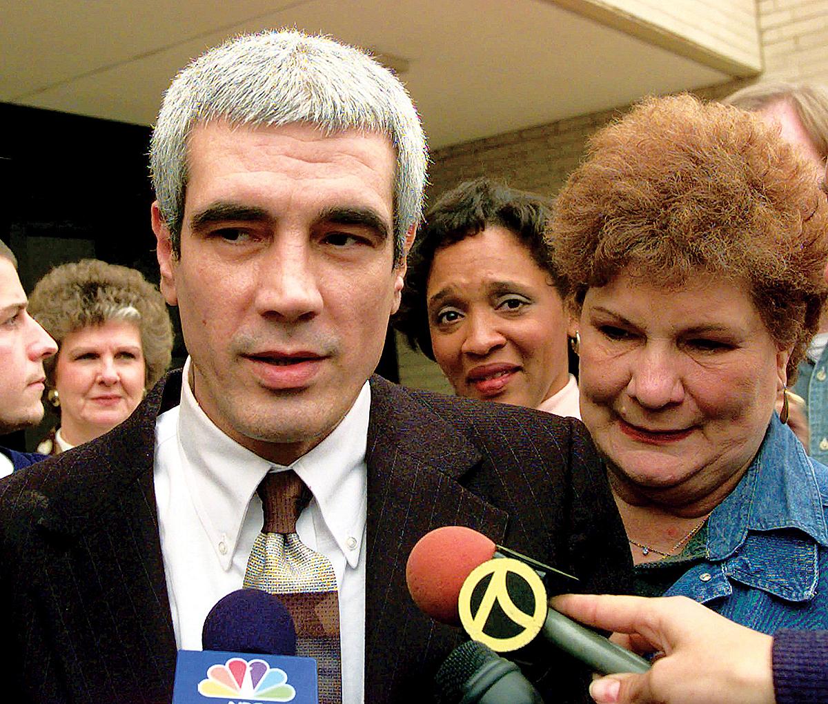Kerry Max Cook và mẹ trong ngày được tại ngoại, tháng 11/1996. Ảnh: AP