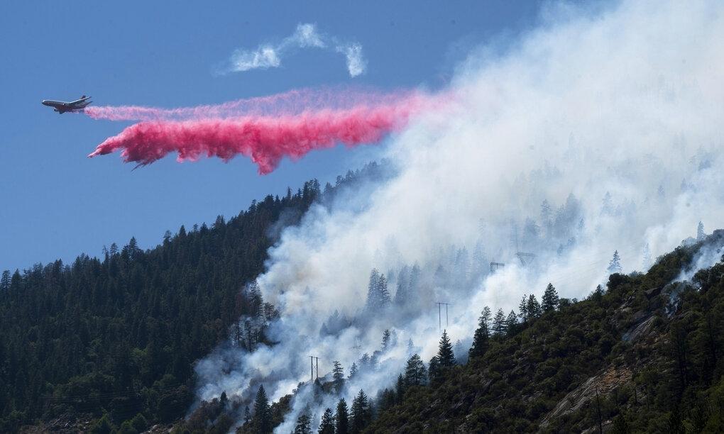 Máy bay thả hóa chất chữa cháy dập lửa đám cháy Dixie tại hẻm River Canyon thuộc hạt Plumas, California hôm 14/7. Ảnh: AP.
