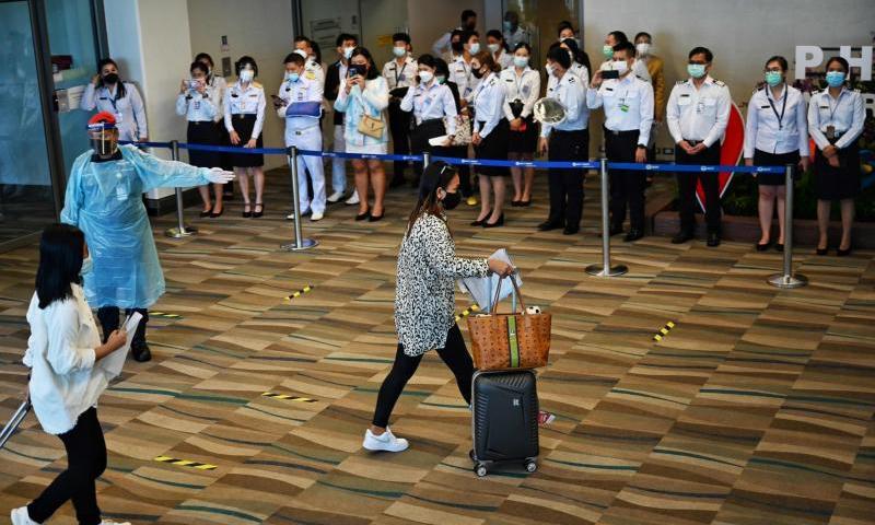 Du khách tới sân bay quốc tế Phuket, Thái Lan hôm 1/7. Ảnh: AFP.