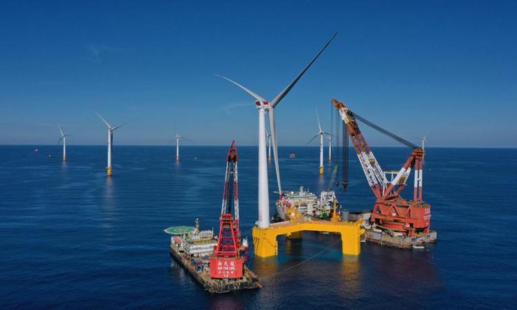 Turbine gió nổi có khả năng chống siêu bão ầu tiên trên thế giới ở vùng biển Quảng Đông. Ảnh: CNS.
