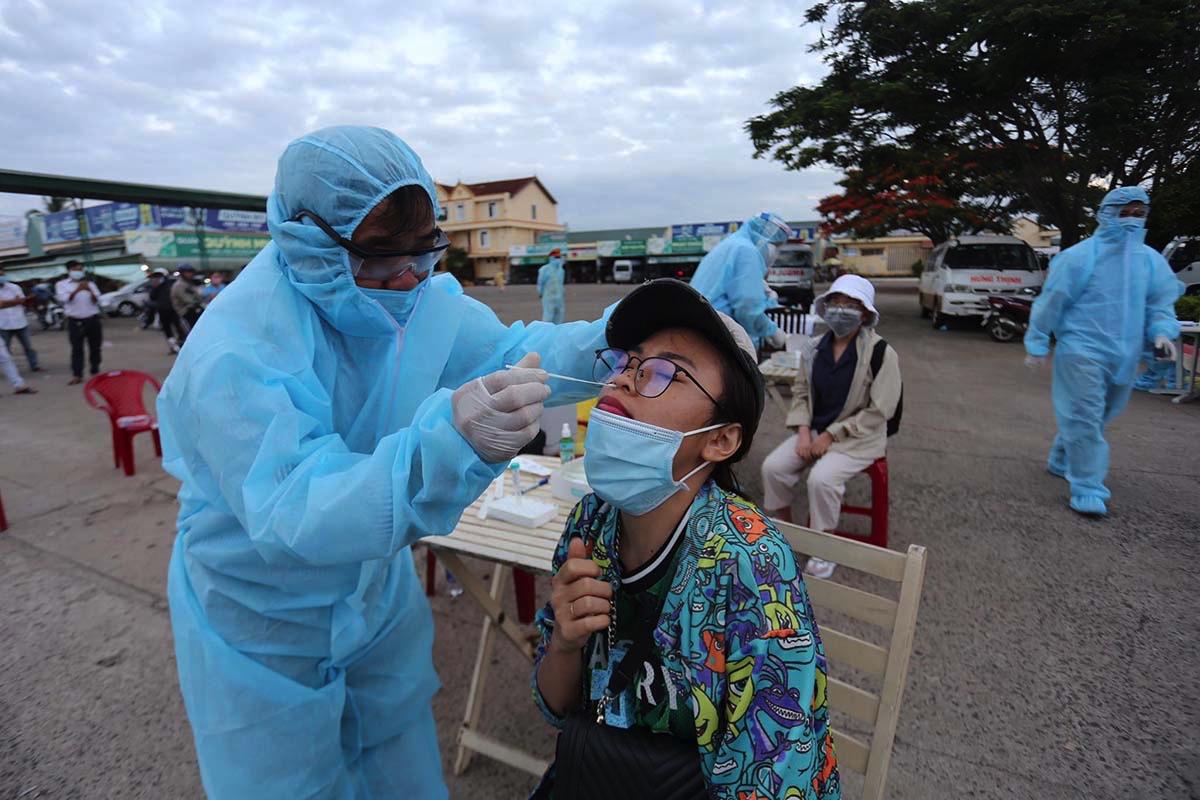 Ngành Y tế Gia Lai lấy mẫu xét nghiệm người từ TP HCM quê, tại bến xe Đức Long. Ảnh: Trần Hoá