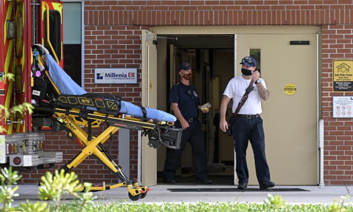 Bên ngoài phòng cấp cứu của một bệnh viện ở thành phố Orlando, bang Florida, hôm 24/3. Ảnh: AP.
