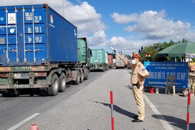 Dòng xe ùn tắc nhiều km ở chốt kiểm soát tại cửa ngõ Hải Phòng hôm 9/7. Ảnh: Giang Chinh
