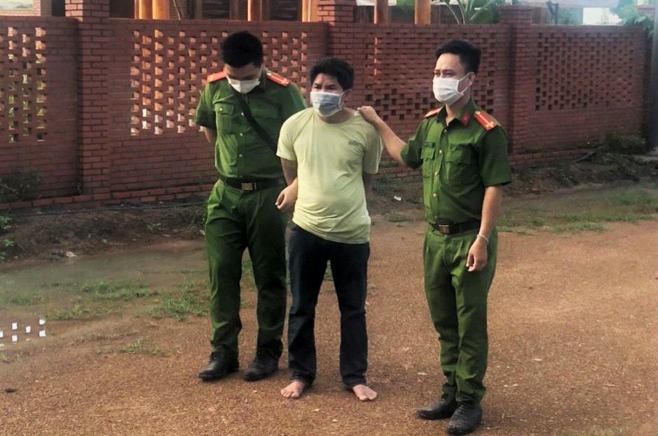 Nghi phạm Nguyễn Quốc Bảo bị cảnh sát bắt giữ tại nhà ở Xuyên Mộc, sáng 16/7. Ảnh: Công an cung cấp.
