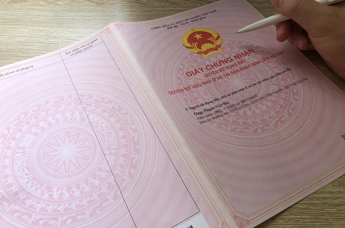 Sổ đỏ đứng tên một người có thể chuyển sang ghi tên cả vợ, chồng. Ảnh: P.D.