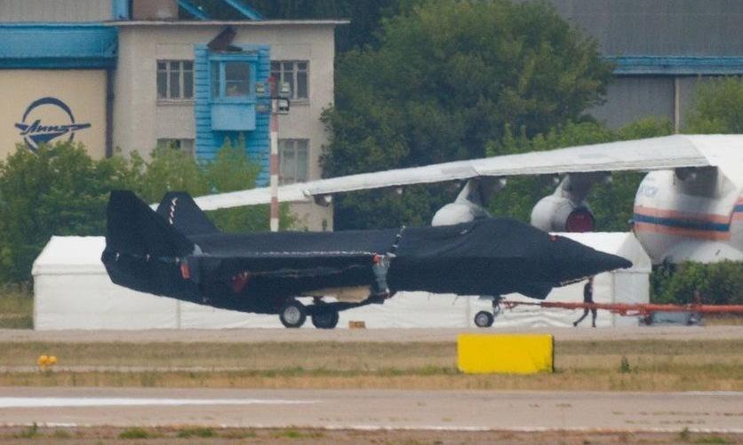 Mô hình tiêm kích thế hệ mới của Nga ở sân bay Zhukovsky hôm 15/7. Ảnh: V3tritium.