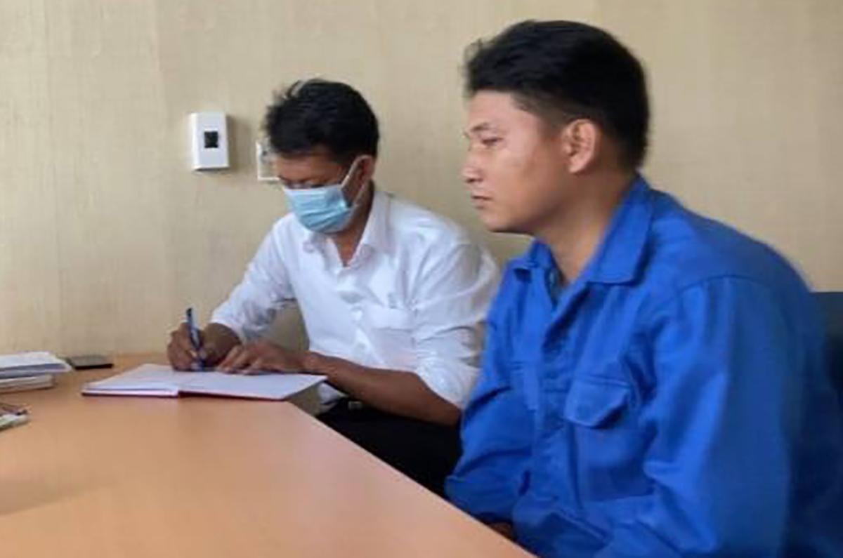 Cao Tài Năng (áo xanh) tại cơ quan điều tra. Ảnh: VKS cung cấp.