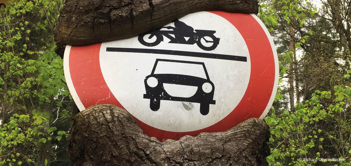 Biển báo cấm xe gắn máy và ôtô. Ảnh: Richard Obermillacher