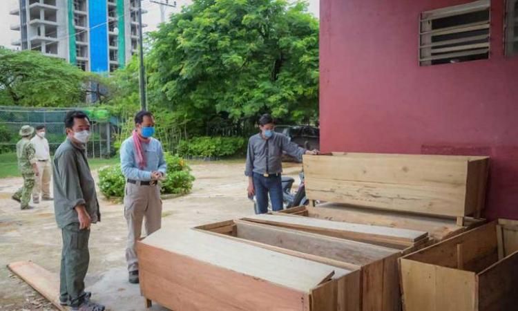 Quan chức Bộ Môi trường Campuchia kiểm tra tình hình sản xuất quan tài tại tỉnh Kampot. Ảnh: Bộ Môi trường Campuchia.