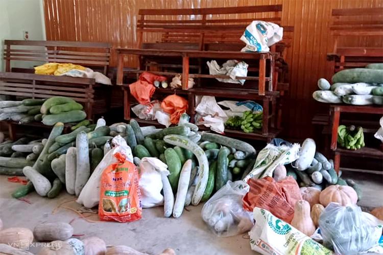 Người dân huyện Lộc Hà góp rau củ tặng người dân miền Nam chống dịch, ngày 16/7. Ảnh: Nguyễn Thùy