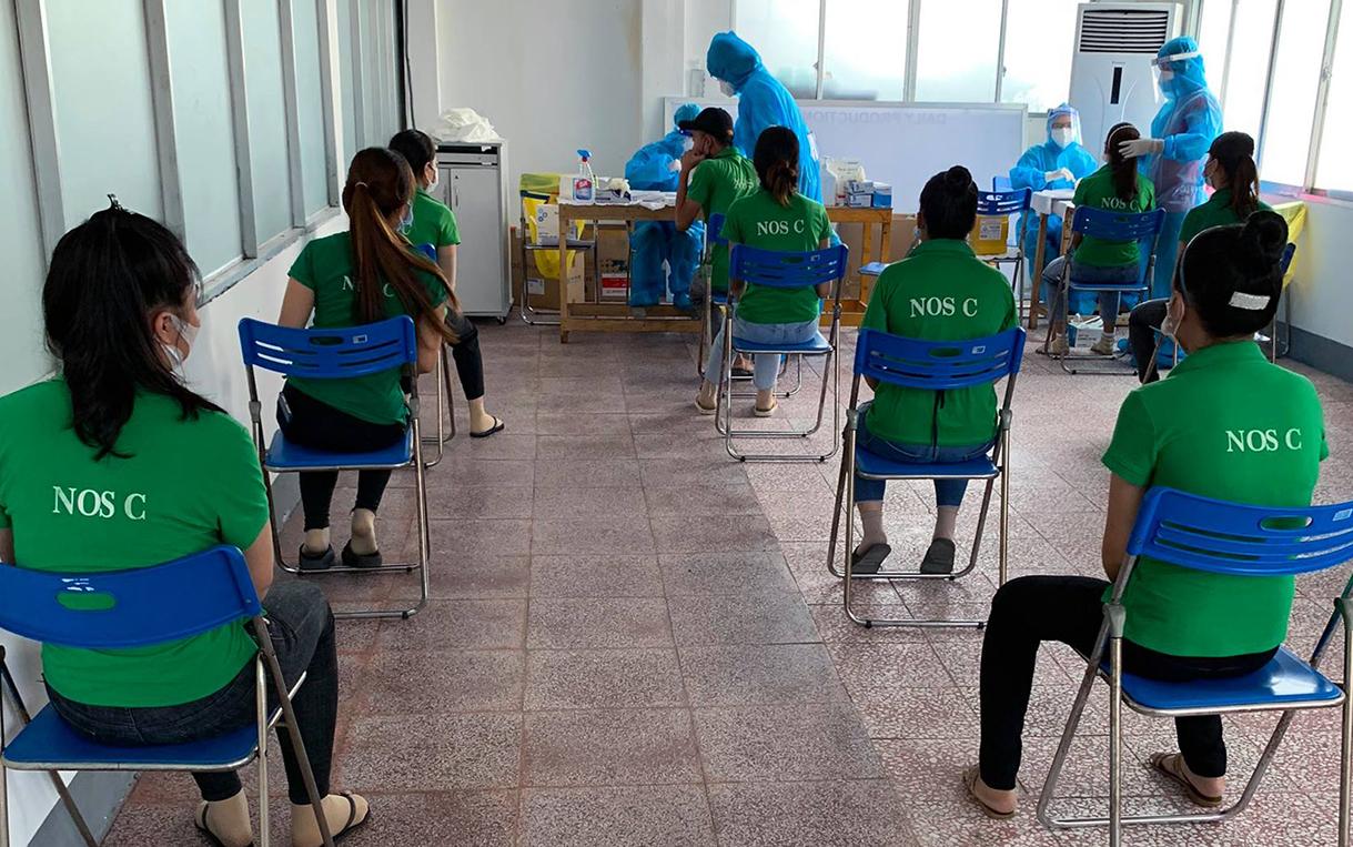 Công nhân Changshin xét nghiệm nCoV tại công ty sau khi phát hiện nhiều ca nhiễm. Ảnh: Hoàn Lê